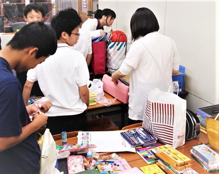 マラウイに向けての物資の仕分けをする生徒の皆様